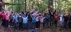 Viele Kinder und einige BetreuerInnen zwischen Bäumen im grünen Wald.©Universitätsstadt Marburg