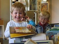 Kinder stöbern in Büchern aus den Bilderbuchtrögen©Bildnachweis: Deutscher Bibliotheksverband e.V./Blaise Bourgeois
