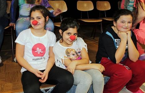 """Viele Spaß bei einem der """"KUSS""""-Workshops 2017 hatten diese Schülerinnen in Stadtallendorf. Aus 77 verschiedenen Workshop-Angeboten können die Schulen, Kindergärten, Theater-AGs und Jugendbildungseinrichtungen in der 23. Kinder- und Jugendtheaterwoche 201©Thomas Reith"""