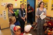 Dr. Mara Meske, ihre Stellvertreterin Irmi Rauff und Stefanie Lambrecht eröffneten im Beisein der Kinder die neue Bücherei im Familienzentrum Gedankenspiel.