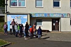 Betreuer und Kinder stehen vor dem Kinderhaus in Wehrda.©Universitätsstadt Marburg