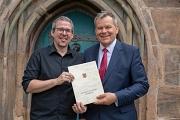 Großer Spendenerfolg: Oberbürgermeister Dr. Thomas Spies (r.) überreicht 3000 Euro an Kevin Leinbach vom Kinderhospizverein in Marburg.