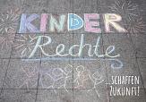 Mit Straßenkreide aufgemalt: Kinderrechte, und dann: schaffen Zukunft©Universitätsstadt Marburg