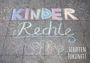 Mit Straßenkreide aufgemalt: Kinderrechte, und dann: schaffen Zukunft