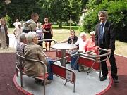 Kinderspielplatz Auf der Weide, Präsentation des Integrationkarussell mit Bürgermeister Herr Kahle und Interessierten