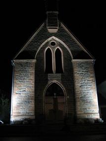 Die Kirche ist abends beleuchtet