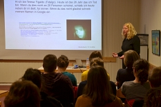 Kirstin Koch referiert zum Medienschutz, im Hintergrund eine Folie ihres Vortrages, im Vordergrund einige Zuhörer.©Universitätsstadt Marburg