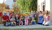 Kita-Eröffnung Stadtwald: Kinder und Betreuungspersonal freuen sich darüber, dass ihr Kindergarten in der Bettina-von-Arnim-Schule im Stadtwald nun auch offiziell eröffnet wurde.