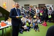 Oberbürgermeister Dr. Thomas Spies bei der Eröffnung des Familienzentrums mit Krippe, KiTa und Hort. Die kleinen Nutzerinnen und Nutzer sangen mit den Gästen im Anschluss ein Ständchen.