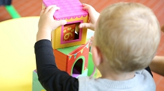 Oberbürgermeister Spies will ab Herbst 2018 die Betreuung für alle Kinder bis sechs Jahren in Marburg von Gebühren befreien, wenn die vom Land angekündigte Förderung wie versprochen als Gesetz erfolgt. Damit würde Marburg über den Landesstandard hinausgeh
