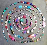 """Mit ein paar bemalten Steinen hat sie begonnen, mittlerweile ist die """"Corona-Schlange"""" vor der Kita Höhenweg um viele weitere Steine gewachsen."""