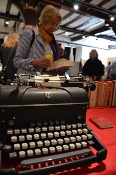 Auf einer zeitgenössischen Schreibmaschine können eigene Gedanken und Erinnerungen zu '68 zu verfasst werden.©Stadt Marburg, Birgit Heimrich