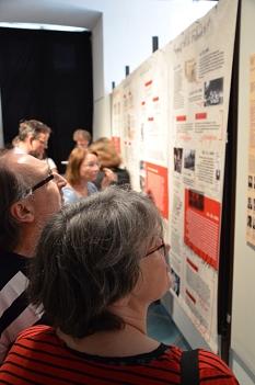 Eine Bilderwand visualisiert mit Fotos, Flugblättern und Plakaten die in der Universitätsstadt ganz besonders bewegte Zeit.©Stadt Marburg, Birgit Heimrich
