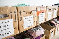 In der Marburger Kleiderkammer sortieren ehrenamtliche und angestellte Mitarbeiterinnen und Mitarbeiter die gespendete Kleidung vor.©Stadt Marburg, Patricia Grähling