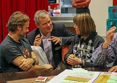 Oberbürgermeister Dr. Thomas Spies im Gespräch mit Teilnehmer*innen des Workshops.©Thomas Steinforth, Stadt Marburg