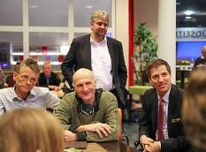 Interessiert hörte Bürgermeister Wieland Stötzel (hinten) in die Diskussion einer Themengruppe hinein.©Birgit Heimrich, Stadt Marburg