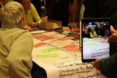 In verschiedenen Themengruppen erarbeiteten die Teilnehmenden Wünsche, Ziele und Maßnahmen für den Klima-Aktionsplan.©Thomas Steinforth, Stadt Marburg