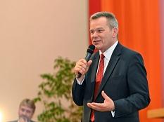 OB Thomas Spies begrüßt die Gäste am Abend, Bürgermeister Wieland Stötzel moderiert die Fragestunde.©Georg Kronenberg