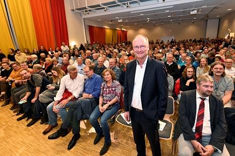 Klima-Experte und TV-Moderator Sven Plöger spricht im TTZ in Marburg vor rund 700 Menschen.©Georg Kronenberg