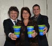 Bürgermeister Dr. Franz Kahle stellte gemeinsam mit Marion Kühn und Achim Siehl vom Fachdienst Stadtgrün, Klima- und Naturschutz den Marburger Klimaschutz-Kaffeebecher vor.