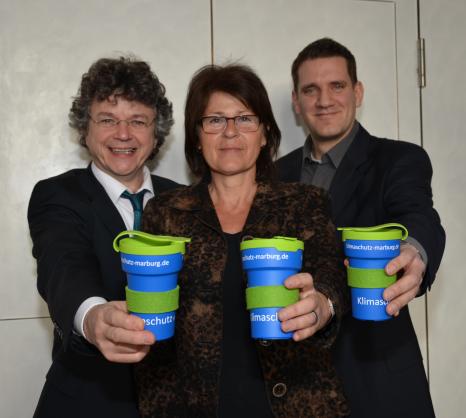 Bürgermeister Dr. Franz Kahle stellte gemeinsam mit Marion Kühn und Achim Siehl vom Fachdienst Stadtgrün, Klima- und Naturschutz den Marburger Klimaschutz-Kaffeebecher vor.©Universitätsstadt Marburg