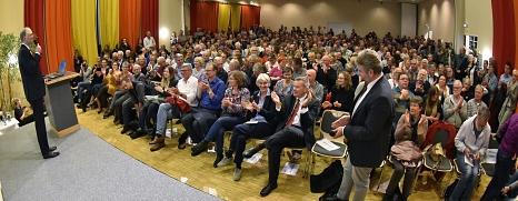 """""""Wir haben noch eine Chance"""": Klima-Experte und TV-Moderator Sven Plöger spricht vor rund 700 Menschen.©Georg Kronenberg"""