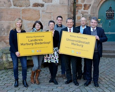Oberbürgermeister Dr. Thomas Spies (3. von rechts), Bürgermeister Wieland Stötzel (rechts) und Landrätin Kirsten Fründt (3. von links) freuen sich mit Heike Wagner: Fachbereichsleiterin Fachbereich Ländlicher Raum und Verbraucherschutz des Landkreises, Ma©Stadt Marburg, Birgit Heimrich