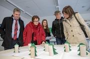 Wie wirkt sich der Klimawandel auf Wälder aus? Das haben die Schülerinnen und Schüler der Richtsberg-Gesamtschule in spannenden Projekten ausprobiert, die sie Bürgermeister Wieland Stötzel (links), Stadträtin Kirsten Dinnebier (2.v.l.) und Marion Kühn (re