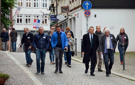 Knapp 30 Teilnehmer*innen waren gemeinsam mit Oberbürgermeister Dr. Thomas Spies (4. v. r.) beim Oberstadtspaziergang unterwegs.©Nadja Schwarzwäller i.A.d. Stadt Marburg