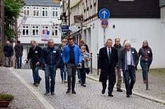 Knapp 30 Teilnehmer*innen waren gemeinsam mit Oberbürgermeister Dr. Thomas Spies (4. v. r.) beim Oberstadtspaziergang unterwegs.