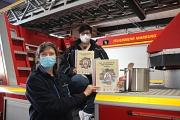 Carmen Werner (links), Leiterin der Feuerwehr, und Marita Schäfer, stellvertretende Stadtkinderfeuerwehrwartin, präsentieren das Koch- und Backbuch, das die Kinder der Marburger Kinderfeuerwehren zusammengestellt haben.