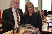 Marianne Wölk (rechts) ist neue Stadtverordnetenvorsteherin der Universitätsstadt Marburg. Zu den ersten Gratulanten gehörte Alterspräsident Jürgen Hertlein, der die konstituierende Sitzung bis dahin geleitet hatte.