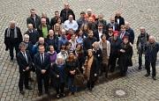Kurz vor der Konstituierung: Die neuen Ortsbeiratsmitglieder der Ortsbezirke Altstadt, Campusviertel, Südviertel, Waldtal und Weidenhausen kamen mit Oberbürgermeister Dr. Thomas Spies (vorne 2. v. l.) und Bürgermeister Dr. Franz Kahle (l.) sowie Interessi