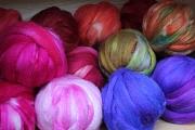 Wer gerne Handarbeiten macht, wird sich über Wolle in leuchtenden Farbe freuen.