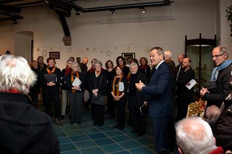 Oberbürgermeister Dr. Thomas Spies eröffnete die Krippenausstellung im Rathaus. Musikalisch umrahmt wurde das Programm vom Singkreis Oberrosphe. Sie ist bis zum 17. Dezember bei freiem Eintritt zu sehen.©Nadja Schwarzwäller, i.A. der Stadt Marburg