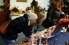 Eine Ausstellung für alle Altersklassen: Kinder bewundern mit ihren Eltern die vielfältig gestalteten Krippen aus aller Welt. Zu sehen sind sie gleich im Erdgeschoss des Marburger Rathauses.©Nadja Schwarzwäller, i.A. der Stadt Marburg