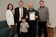 Sinan Salih (2.v.r.) und sein Sohn Yousif erhielten von Bürgermeister Wieland Stötzel (2.v.l.), Marion Kühn und Achim Siehl einen Gutschein für einen neuen Kühlschrank