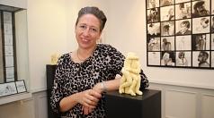 """Künstlerin Anna Kölle stellt ihre Begleitausstellung """"ANNA KÖLLE_mixed media_172x44cm_1980"""" zur 44. Marburger Sommerakademie in der Brüder-Grimm-Stube vor."""