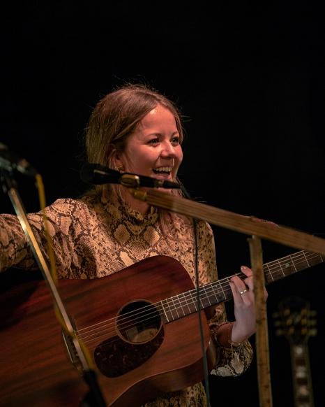 Bei dem musikalischen Auftakt im Lutherischen Pfarrhof tritt auch die Sängerin und Poetry-Slammerin Eva Niedermeier auf.©Adam Vinzenz