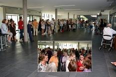 Kulturdezernentin Dr. Kerstin Weinbach hat die 38. Marburger Sommerakademie eröffnet. Zum Auftakt kamen Teilnehmende sowie Dozentinnen und Dozenten ins Gespräch.©Universitätsstadt Marburg