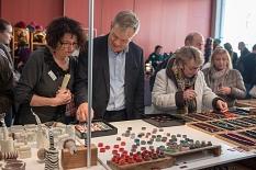 Oberbürgermeister Dr. Thomas Spies stöberte beim Marburger Kunsthandwerkermarkt in den Auslagen der 110 Kunsthandwerkerinnen und Kunsthandwerker aus Deutschland und dem benachbarten Ausland.©Melanie Weiershäuser, i.A.d. Stadt Marburg