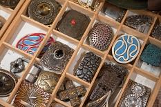 Beim Kunsthandwerkermarkt gab es viel Außergewöhnliches zu entdecken, darunter etwa kunstvoll gestaltete Gürtelschnallen.©Melanie Weiershäuser, i.A.d. Stadt Marburg