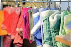 Farbenfroh und handgemacht: Der Marburger Kunsthandwerkmarkt bot wieder eine breite Palette an handgefertigten Produkten.©Nadja Schwarzwäller i.A.d. Stadt Marburg