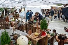 Bereits vor dem Erwin-Piscator-Haus nutzten Besucher*innen die Möglichkeit, handwerklich gefertigte Produkte zu bewundern und zu erwerben.©Nadja Schwarzwäller i.A.d. Stadt Marburg