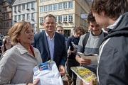 Gießens Oberbürgermeisterin Dietlind Grabe-Bolz hat Frühstück mitgebracht und die Snacks zusammen mit Marburgs Oberbürgermeister Dr. Thomas Spies auf dem Marburger Marktplatz verteilt. Damit hat sie eine Wettschuld zur Europawahl eingelöst.