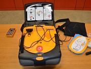 Mehr als 50 Laien-Defibrillatoren sind im Marburger Stadtgebiet für den Ernstfall verfügbar. Eines der Geräte steht im Erwin-Piscator-Haus.
