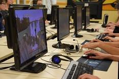 An mehreren Tischen stehen Computer-Monitore, Hände sind an Tastaturen und Mäusen.©Universitätsstadt Marburg