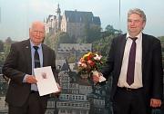 Bürgermeister Wieland Stötzel (rechts) überreichte Axel Koch den Ehrenbrief des Landes Hessen – aufgrund des Corona-Geschehens mit gebührendem Abstand.