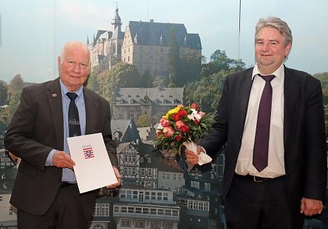 Bürgermeister Wieland Stötzel (rechts) überreichte Axel Koch den Ehrenbrief des Landes Hessen – aufgrund des Corona-Geschehens mit gebührendem Abstand.©Thomas Steinforth, Stadt Marburg
