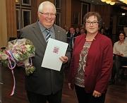 Stadträtin Kirsten Dinnebier zeichnete Axel Lehmann mit dem Ehrenbrief des Landes Hessen aus und überreichte Urkunde, Nadel und Blumen.